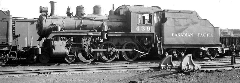 PHOTO - TORONTO - TRAIN - CANADIAN PACIFIC - STEAM ENGINE 439  AND TENDER - 1956