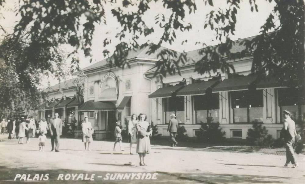 POSTCARD - TORONTO - SUNNYSIDE - PALAIS ROYALE - MANY PEDESTRIANS - 1940s