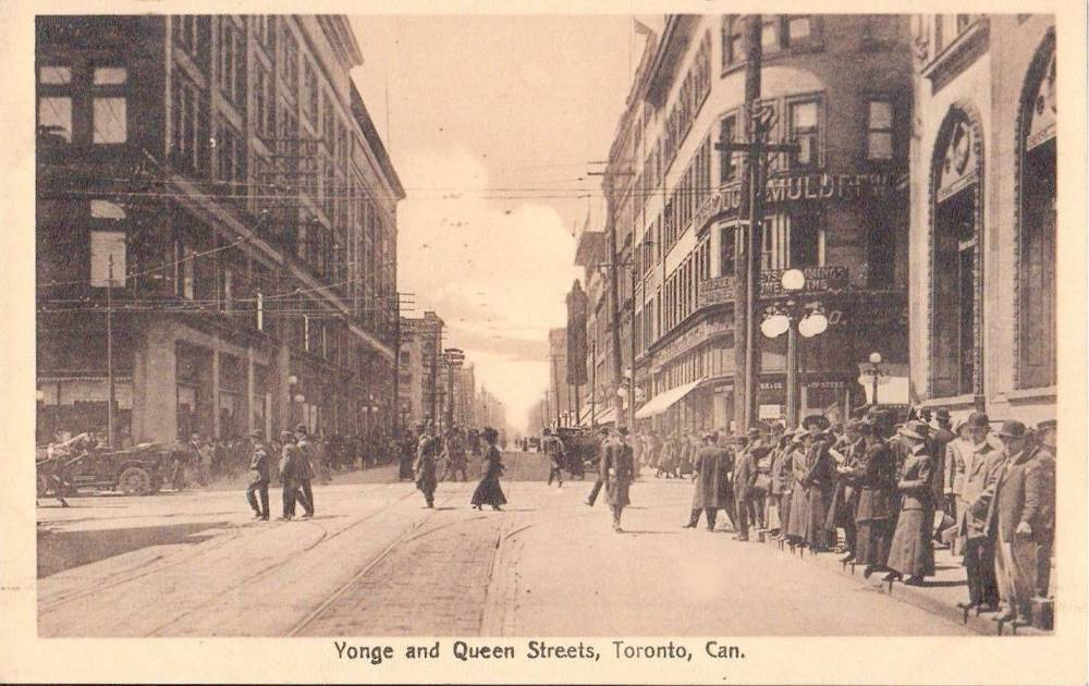 POSTCARD - TORONTO - YONGE STREET AND QUEEN - STREET LEVEL - LOOKING N - BIG CROWD WAITING FOR STREETCAR - c1910