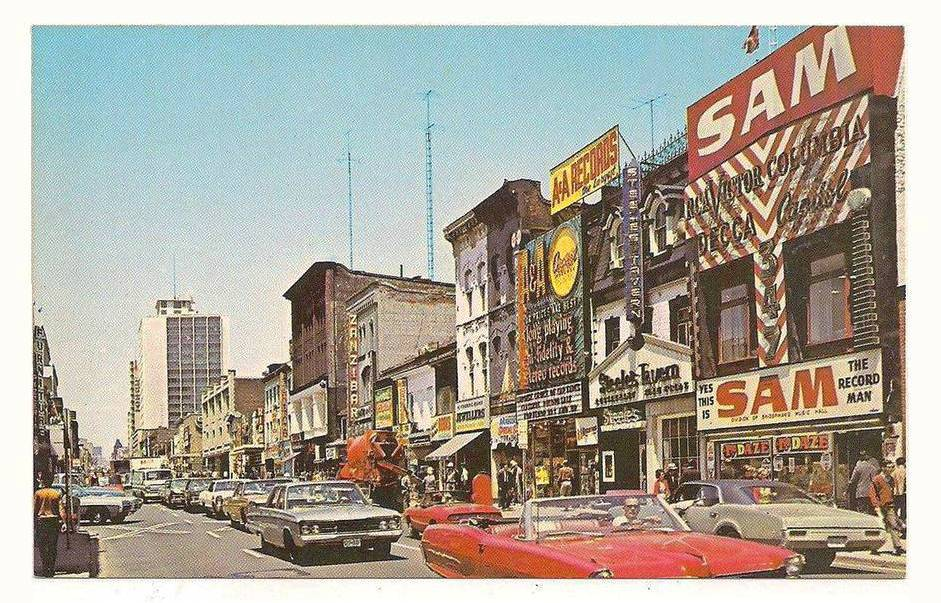 POSTCARD - TORONTO - YONGE STREET - LOOKING N FROM NEAR SAM'S RECORDS - TRAFFIC CROWDS SIGNS - c1970