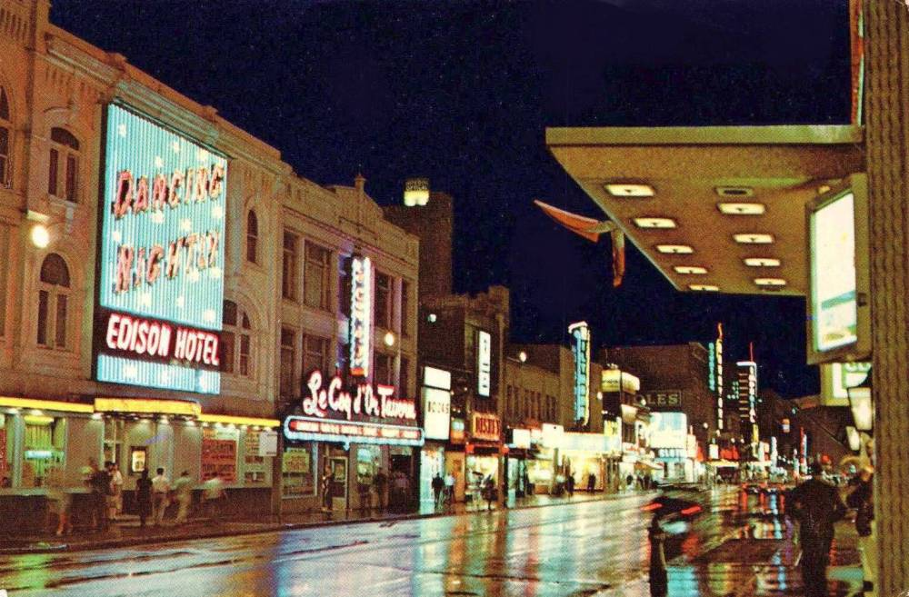 POSTCARD - TORONTO - YONGE STREET - NIGHT - LOOKING S FROM NEAR EDISON HOTEL - 1960s